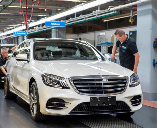 Ny S-klasse kører selv af samlebåndet på fabrikken