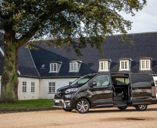 Toyota Proace Verso VIP – privatchauffør i arbejdstøj