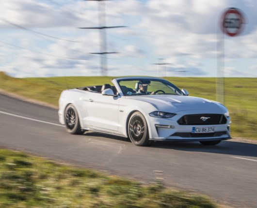 Ford Mustang Convertible pisser på janteloven